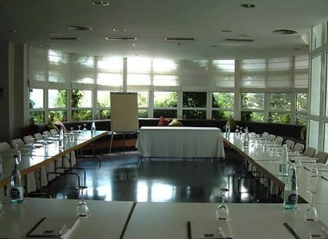 Enjoyment of a wide and comfortable room for your meetings ...